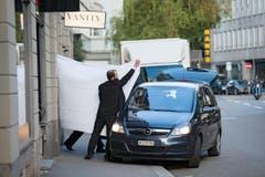 Platz 1, Kategorie Aktualität, Fifa-Verhaftung: Von verlorener Ehre handelt Pascal Moras Bild – ursprünglich für die New York Times – von einem Mann, der in Zürich vor einem Hotel ein weisses Tuch hochhält, macht das Gegenteil dessen, was wir von einem Newsbild erwarten: es verhüllt. Und doch steht es am Anfang einer hässlichen Enthüllungsgeschichte. (Bild: Swiss Press Photo / Pascal Mora)