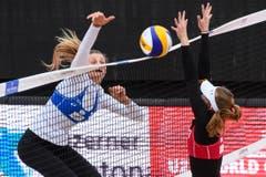 Joy Stubbe schlägt den Ball über das Netz, während Selina Marolf einen Block versucht. (Bild: FIVB)