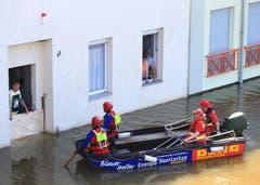 In Schönebeck (Sachsen-Anhalt) sprechen Helfer mit Anwohnern in isolierten Häusern. (Bild: Keystone)
