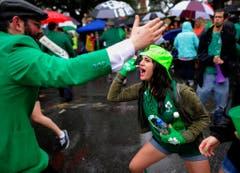 Zwei New Yorker haben sich für die Parade in Savannah passend gekleidet. (Bild: Keystone)