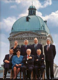 1998 (stehend von links): Moritz Leuenberger, Kaspar Villiger, Pascal Couchepin und Bundeskanzler François Couchepin. Sitzend: Adolf Ogi, Ruth Dreifuss, Flavio Cotti und Arnold Koller. (Bild: Bundeskanzlei)