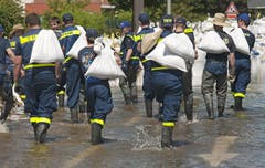 Das Technische Hilfswerk THW schützt Nagdeburg mit Sandsäcken gegen das Elbe-Hochwasser. (Bild: Keystone)