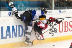Luganos Julian Walker (links) gegen Team Canadas Marc-Andre Bergeron. (Bild: EPA/PASCAL MULLER)