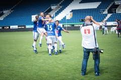 Die Spieler posieren in den neuen Trikots für den FCL Fotografen, natürlich in Jubelpose. (Bild: Roger Grütter / Neue LZ)