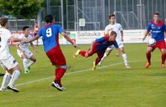 Und so köpft Jan Elvedi vom SC Cham den Ball sicher ins Goal. (Bild: Werner Schelbert (Neue ZZ))