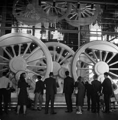 Besucher vor einem überdimensionalen Motor einer Lokomotive. (Bild: Keystone / Str)