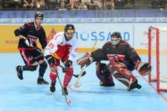 Die Schweizer Streethockey-Nati spielt heute gegen Kanada. Im Bild : Carl Ghilarducci (CAN) und Samuel Beauchamp (CAN) gegen Marc Aegerter (SUI). (Bild: Maria Schmid)