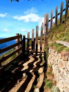 Wer weiss schon wo dieser Weg hin führt, wenn sich selbst der Schatten nicht entscheiden kann wo es hin gehen soll. (Bild: Buholzer Walter)