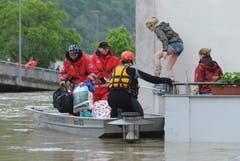 Damit erreichten die Fluten bereits einen höheren Stand als beim historischen Hochwasser 1954. (Bild: Keystone)