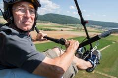 Toni Roth fliegt an der Flugdemonstration der Motorschirme. (Bild: Keystone / ENNIO LEANZA)