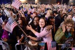 Obamas Anhänger liegen sich in den Armen und feiern. (Bild: Keystone)
