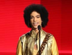 Hier präsentiert Prince im November 2015 den Award für das beste Musikalbum «Soul/R&B» bei den American Music Awards in Los Angeles. (Bild: Keystone)