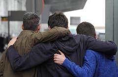 Trauernde auf dem Flughafen in Barcelona. (Bild: Keystone)