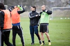 2013: Nach zwei Jahren als Nachwuchstrainer wird Seoane interimistischer Cheftrainer. Hier im Training mit Pajtim Kasami (rechts). (Bild: Manuela Jans)