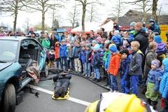 Zur Show gehörte auch die Rettung einer Puppe aus einem verunfallten Auto. (Bild: Christoph Riebli / Neue OZ)