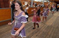 Die Frauen stürmen in ein Bierzelt. (Bild: Keystone / Karl-Josef Hildenbrand)
