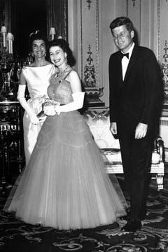 Mächtiger Besuch 1961: Queen Elisabeth empfängt den damaligen amerikanischen Präsidenten John F. Kennedy und dessen Frau Jacqueline. (Bild: Keystone)