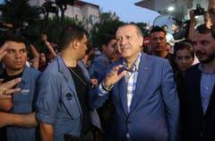 Der türkische Präsident Recep Tayyip Erdogan sprach zu seinen Anhängern vor seiner Residenz in Istanbul. (Bild: EPA/STR)