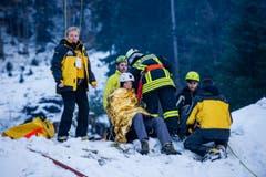 Noch vor Ort werden die Verletzten erstbetreut. (Bild: Roger Grütter / Neue LZ)