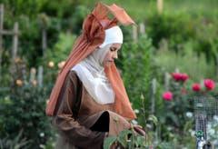 Der Zuschauer tritt ins Kloster ein und begegnet überall Schwestern bei der Arbeit... (Bild: Romano Cuonz)
