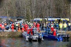 Einsatzkräfte bei der Unglücksstelle Nahe Bad Abling. (Bild: AP/Matthias Schrader)