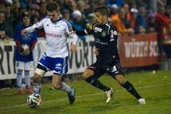 Buochs-Spieler David Schuler (links) verfolgt von Roberto Rodriguez vom St. Gallen. (Bild: Keystone)