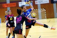 Zug mit Laura Masset (am Ball) zeigt Spono Eagles mit Ivana Ljubas (links) den Meister. (Bild: Werner Schelbert)