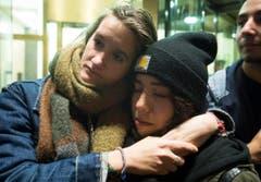 Trauernde Frauen vor der französischen Botschaft in Montreal. (Bild: AP/Graham Hughes)