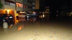 Ein Vorplatz in Wollerau ist überflutet. (Bild: Twitter @kingfaebe)