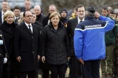 Die deutsche Bundeskanzlerin Angela Merkel (3. von links) sprach mit Einsatzkräften und informierte sich aus erster Hand über die schwierige Bergung von Trümmern und Opfern. Sie wird von Nordrhein-Westfalens Ministerpräsidentin Hannelore Kraft und dem französischen Präsidenten François Hollande begleitet. (Bild: Keystone)