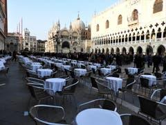 Keine Zeit zum Kaffee-Trinken, hier in Venedig sind die wunderschönen Masken in den Gassen und verzaubern die Touristen. (Bild: Margrith Imhof-Röthlin)