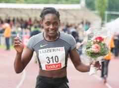 Daryll Neita aus Grossbritannien gewinnt in 11.30 die 100m. (Bild: Keystone / Urs Flüeler)