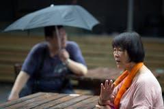 Dai Shuqin, 62, spricht über ihre Gefühle, nachdem sie vom Fund des Wrackteils gehört hat. Dai Shuqin verlor beim Unglück Familienangehörige, unter anderen ihre Schwester. (Bild: Keystone)