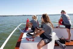 Geniessen die Aussicht: (v.l.n.r.) Die Spielerinnen Lara Dickenmann, Ramona Bachmann und Vanessa Bürki. (Bild: KEYSTONE / SALVATORE DI NOLFI)