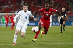 Johan Djourou, rechts, im Laufduell mit Wayne Rooney. (Bild: Keystone/Peter Klaunzer)