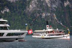 Das neue Motorschiff (links) wird vom Dampfschiff Unterwalden willkommen geheissen. (Bild: Alexandra Wey / Keystone)