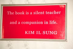 «Das Buch ist ein stiller Lehrer und ein Weggefährte fürs Leben», so die Übersetzung dieses Zitats von Kim Il Sung. (Bild: Martin von den Driesch)