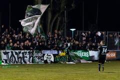 Roberto Rodriguez vom FC St. Gallen lässt sich nach seinem erfolgreichen Penalty von den mitgereisten Fans feiern. (Bild: Keystone)