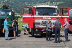 Die Lastwagen werden genau unter die Lupe genommen. (Bild: Boris Bürgisser, Luzerner Zeitung / Alpnach, 27.05.2017)