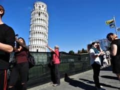 Klar versuchen alle Besucher diesen schiefen Turm von Pisa in die Senkrechte zu drücken, aber irgendwann lassen die Kräfte nach ! (Bild: Margrith Imhof-Röthlin)