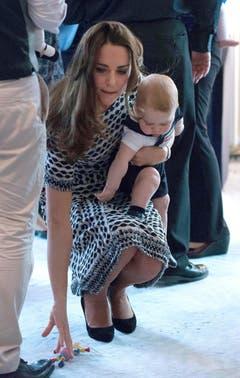 Mama Kate hebt für Prinz George ein Spielzeug auf. (Bild: Keystone)