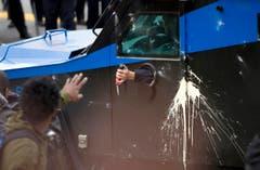 Aus einem Polizeifahrzeug erhält ein Demonstrant eine Dosis Pfefferspray. (Bild: AP Photo / Jose Luis Magana)