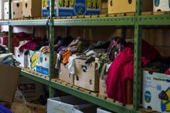 Blick in die Kleider Boutique: Hier können sich Asylsuchende mit verschiedensten Kleider eindecken. (Bild: Dominik Wunderli)