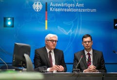 """Die deutsche Regierung richtete einen Krisenstab ein. Aussenminister Frank-Walter Steinmeier (links) sagte, das Auswärtige Amt stehe """"in engstem Kontakt"""" zu den französischen Behörden. Zu möglichen deutschen Todesopfern machte er zunächst keine Angaben. (Bild: Keystone)"""