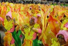 Mitglieder der «Grande Rio Samba School» während der Feierlichkeiten im Sambadrome in Rio de Janeiro. (Bild: Keystone)