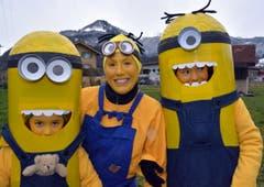 Sie waren eine der originellsten Gruppen: Sandra mit den Minions Clara und Emma. (Bild: Romano Cuonz)
