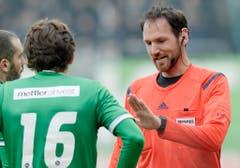 Schiedsrichter Nikolaj Haenni, rechts, unterhaät sich mit dem St. Galler Pascal Thrier. (Bild: Keystone)