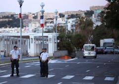 Auch am frühen Morgen wird der Tatort noch durch die französische Polizei bewacht. (Bild: AP Photo / Luca Bruno)