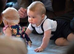 Der kleine Prinz George hatte seinen ersten öffentlichen Auftritt in einer Krabbelgruppe im Regierungsgebäude im neuseeländischen Wellington. (Bild: Keystone)