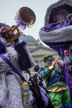 Die versammelten Guggenmusiken veranstalten das traditionelle Monsterkonzert auf dem Bundesplatz am Schluss des grossen Umzugs der Berner Fasnacht am Samstag. (Bild: ALESSANDRO DELLA VALLE)